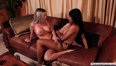 Ebony babe teaches straight latina collaborate how to spasm pussy