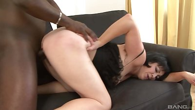 Virgin BBC to ram the mature's wet and hairy cunt