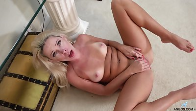 Stunning mature with freckles skin, insane solo on cam