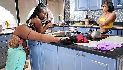 Buxomy MUMMY seduced stepdaughter's Day in kitchen