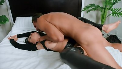 Stunning MILF in latex properly pounded by well-built inamorato